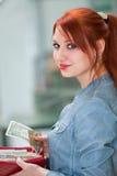 拿着金钱的女孩 免版税库存图片