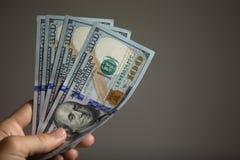 拿着钞票的手 免版税库存图片