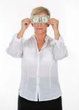 拿着钞票的经理妇女盖她的眼睛 免版税库存照片