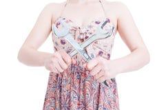拿着钢板钳的时髦女性手特写镜头  免版税库存照片