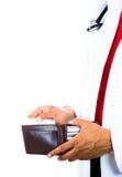 拿着钱包和拔出卡片的男性医生 免版税库存照片