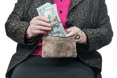 拿着钱包的一个老妇人的手 免版税图库摄影