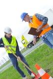 拿着铁锹的建筑工人 免版税库存图片