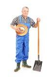 拿着铁锹的成熟农夫 免版税库存照片