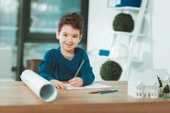 拿着铅笔的正面有天才的男孩 免版税图库摄影