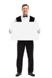拿着银行白色牌的男管家 免版税库存图片
