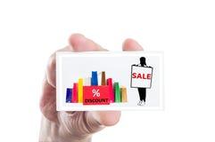 拿着销售和折扣卡片的手 免版税库存照片