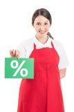 拿着销售或折扣标志的女性大型超级市场工作者 免版税库存照片