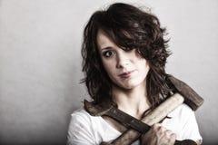 拿着锤子和板钳扳手的性感的女孩 库存图片