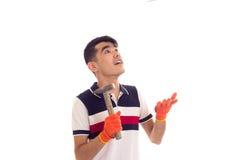 拿着锤子和钉子的橙色手套的人 免版税库存图片