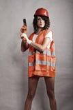 拿着锤子工具的安全帽的性感的女孩 免版税图库摄影