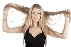 拿着长的妇女的头发 免版税库存照片