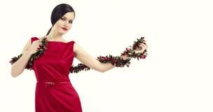 拿着闪亮金属片的红色礼服的女孩 免版税库存图片