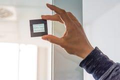 拿着阳光Th的太阳技术创新发展手 库存图片