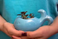 拿着陶瓷罐的女孩 免版税库存图片