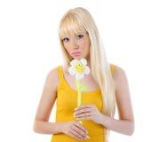拿着雏菊的华美的少妇 免版税库存照片