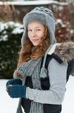 拿着雪球的少年女孩 免版税图库摄影