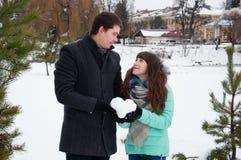 拿着雪的心脏一个爱恋的夫妇人和女孩 库存照片