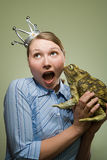 拿着青蛙的办公室工作者 库存照片