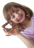 拿着面包用巧克力黄油的小女孩 免版税图库摄影