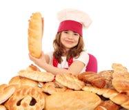 拿着面包的小女孩厨师 图库摄影