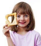拿着面包的小女孩 免版税图库摄影