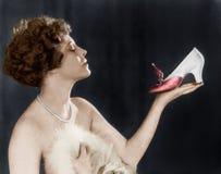 拿着鞋子的妇女(所有人被描述不更长生存,并且庄园不存在 供应商保单将没有mo 免版税库存照片