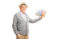 拿着颜色样片的资深绅士 免版税库存图片