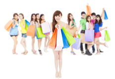 拿着颜色袋子的亚洲购物妇女小组 查出在白色 库存图片