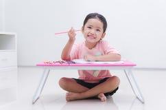 拿着颜色铅笔的亚裔小女孩 库存照片