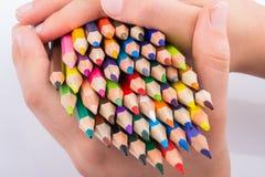 拿着颜色铅笔的手 库存图片