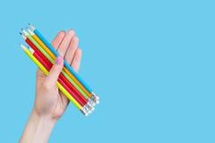拿着颜色铅笔的手 免版税库存图片