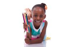 拿着颜色铅笔- A的逗人喜爱的黑人非裔美国人的小女孩 免版税库存图片