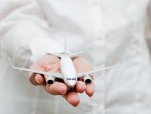 拿着飞机模型的企业人。运输,飞机制造业,航空公司 库存照片
