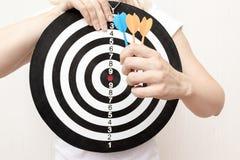 拿着飞镖和箭在手上紧密,瞄准和瞄准在企业和生活概念的妇女 图库摄影