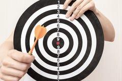 拿着飞镖和箭在手上紧密,瞄准和瞄准在企业和生活概念的妇女 库存图片