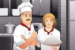 拿着食物的板材厨师 库存图片
