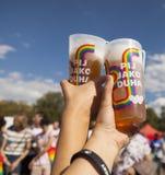 拿着饮料的LGBT夫妇 免版税图库摄影