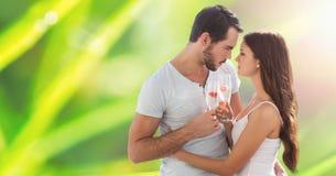 拿着香槟槽的热情的夫妇,当拥抱在迷离背景时 免版税库存图片