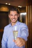 拿着香槟的长笛英俊的人 免版税库存图片