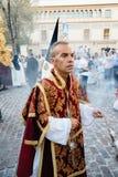 拿着香炉的教士在复活节队伍期间在科多巴 库存照片