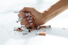 拿着香烟的女性手特写镜头 3d离开被回报的反图象抽烟 免版税库存图片
