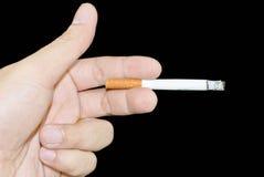 拿着香烟的现有量 免版税库存照片