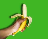 拿着香蕉的一个人手中 免版税库存图片