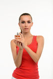 拿着香水瓶的肉欲的少妇 免版税库存图片