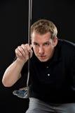 拿着高尔夫俱乐部的年轻人 图库摄影