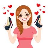 拿着高跟鞋鞋子的妇女 免版税库存图片