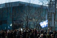 拿着魁北克在人群的某人省旗子 免版税库存照片