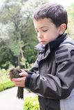 拿着鸟的孩子 免版税库存图片