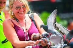 拿着鸽子的妇女 库存照片